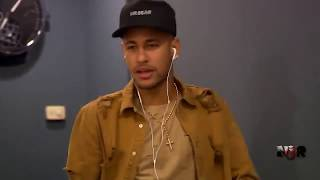 Neymar Jr portant un collier chapelet